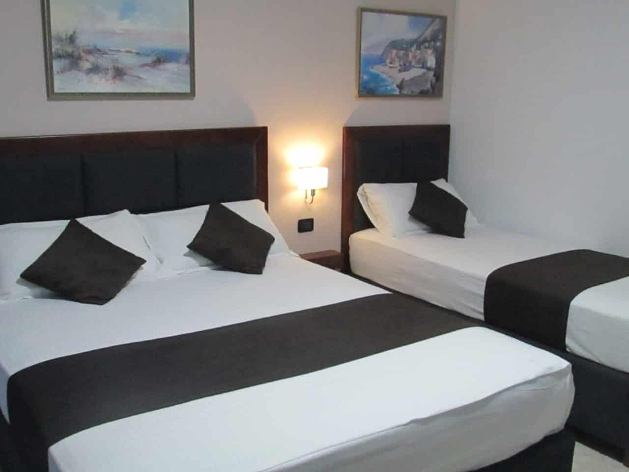 zimmer f r 3 hotel antag. Black Bedroom Furniture Sets. Home Design Ideas